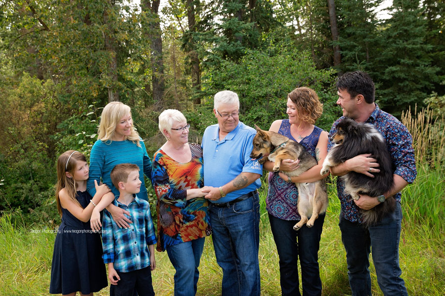 Extended family photography in Edmonton at Larch Sanctuary