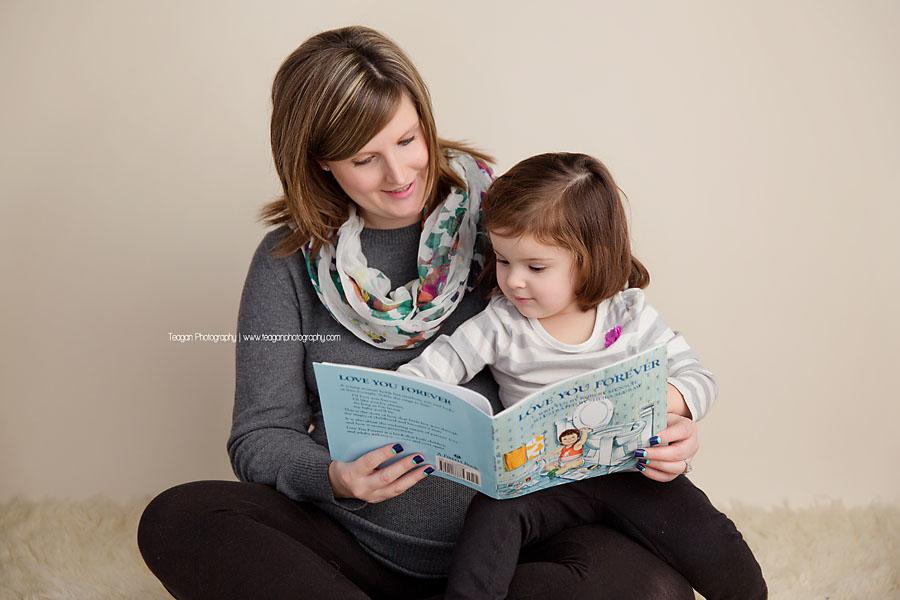 A mother reads a Robert Munsch book to her daughter